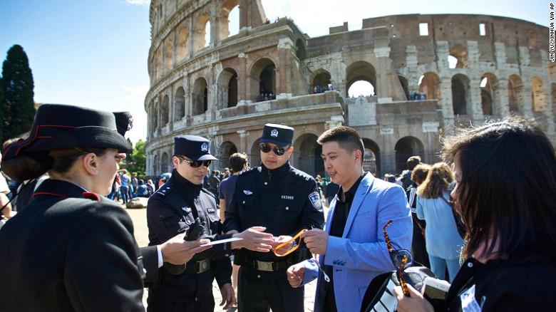 中国警察在罗马街道巡逻确保游客安全